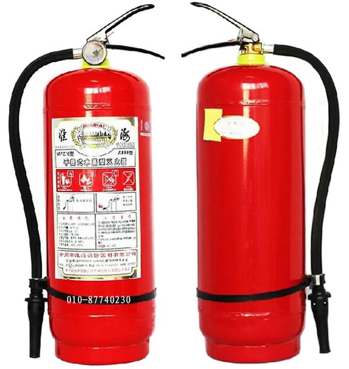 二、泡沫灭火器使用方法: 1、使用时先拔出保险销,按下压把,泡沫立即喷出,将喷嘴对准火焰根部横扫,迅速将火焰扑灭。 2、灭火时应果断、迅速,灭油火时,不要直接冲击油面,以免油液激溅引起火焰漫延。 3、使用时应垂直操作,切勿横卧或倒置。 三、主要技术数据(20时)